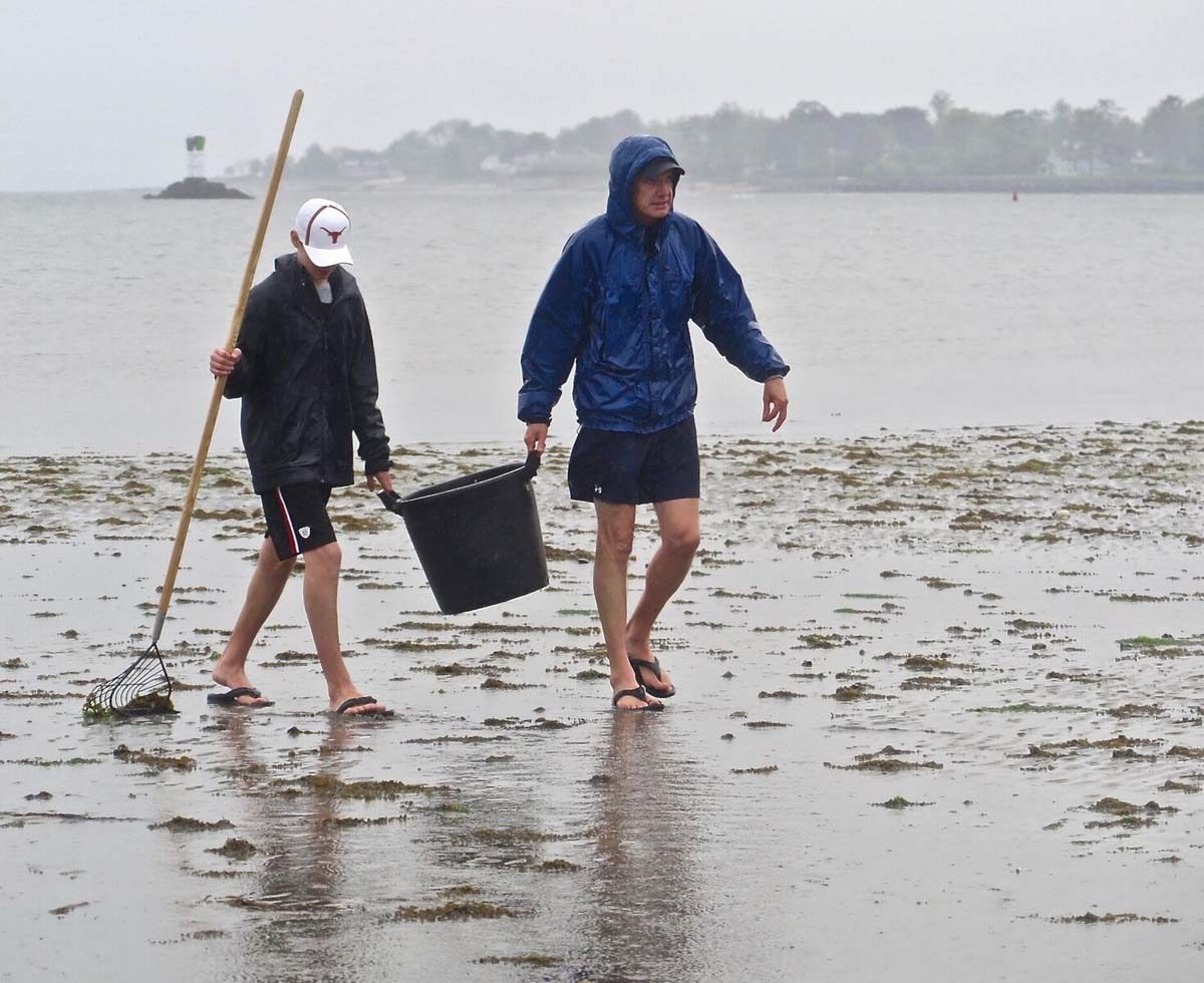 The annual clam clinic in Fairfield drew more than 100 first-time and experienced clammers to Sasco Hill Beach on May 19. Photo: Judy Preston / Connecticut Sea Grant
